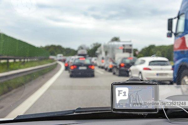Im Stau stehende Fahrzeuge auf der Autobahn  Hamburg  Deutschland  Europa
