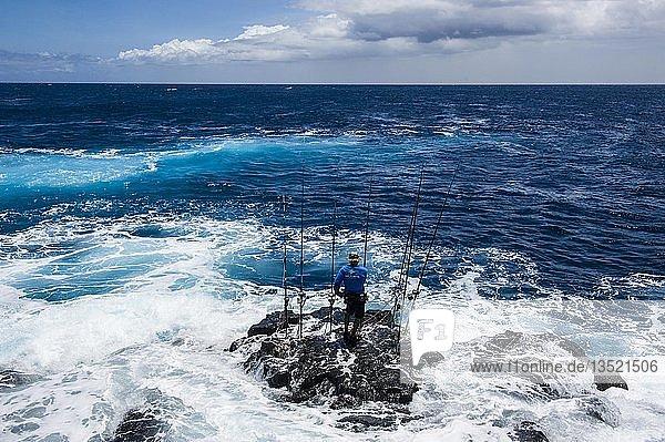 Fischer auf einem Felsen im Meer mit seinen Angelruten  Kalae  South Point  Big Island  Hawaii  USA  Nordamerika