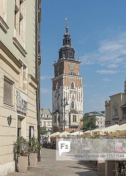 Rathaus-Turm und Restaurants auf Hauptmarktplatz  Krakau  Polen  Europa