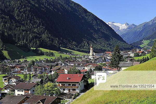 Neustift im Stubaital mit der Pfarrkirche in der Ortsmitte  Bezirk Innsbruck Land  Tirol  Republik Österreich  Europa