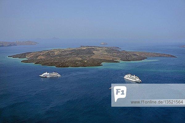 Kreuzfahrtschiffe vor der Vulkaninsel Nea Kameni  Caldera  Fira  Santorin  Kykladen  Ägäis  Griechenland  Europa