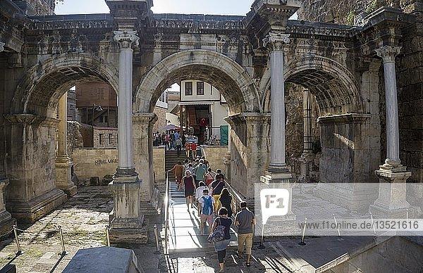 Hadrianstor an der Atatürk Caddesi  Eingangstor zur Kaleici  Altstadt von Antalya  türkische Riviera  Türkei  Asien