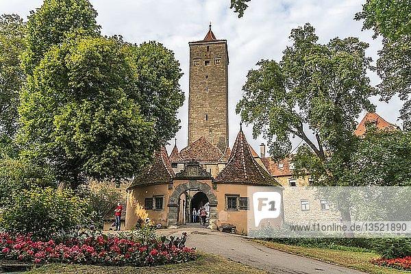 Burgtor aus dem 12. Jahrhundert in Rothenburg ob der Tauber  Bayern  Deutschland  Europa
