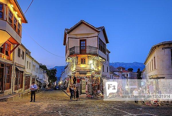 Basarviertel  Qafa e Pazarit  Dämmerung  Altstadt  Gjirokastra  Gjirokastër  Albanien  Europa