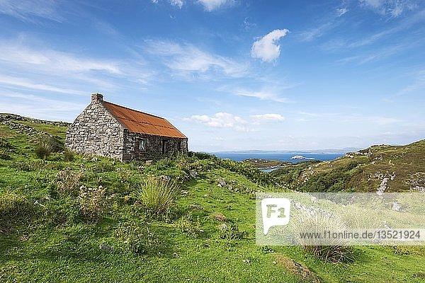 Verlassenes Cottage am Drumbeg Viewpoint in den Northern Highlands  Grafschaft Sutherland  Schottland  Großbritannien  Europa