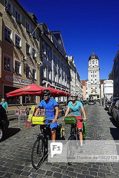 Radfahrer in der Altstadt von Vilshofen  Ostbayern  Niederbayern  Bayern  Deutschland  Europa