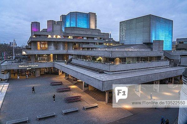 Nationaltheater in der Abenddämmerung  London  Großbritannien  Europa
