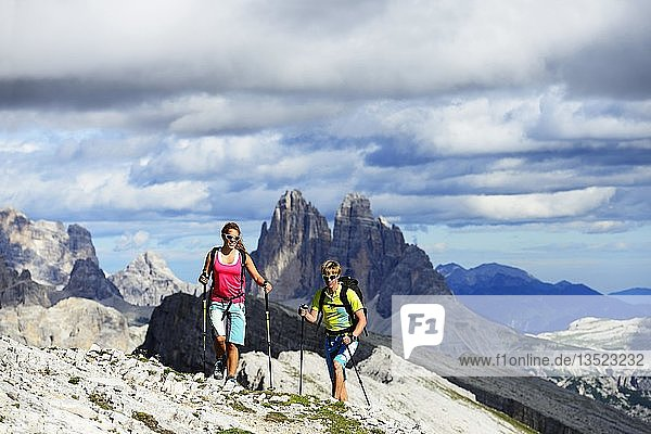 Hikers on the ascent from the Prato Piazza to the summit of the Dürrenstein  in the background the peaks of the Three Peaks of Lavaredo  Sextener Dolomiten  Alta Pusteria  South Tyrol  Italy  Europe