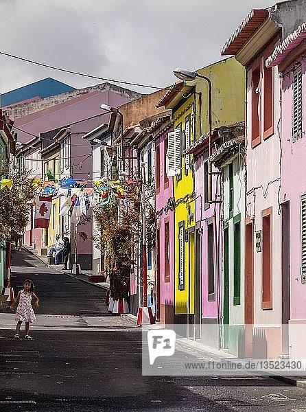 Bunte Häuser in Rabo de Peixe  Sao Miguel  Azoren  Portugal  Europa