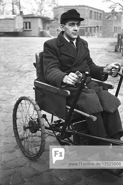Kriegsinvalide im Selbstfahrer  1947  Leipzig  Sachsen  DDR  Deutschland  Europa