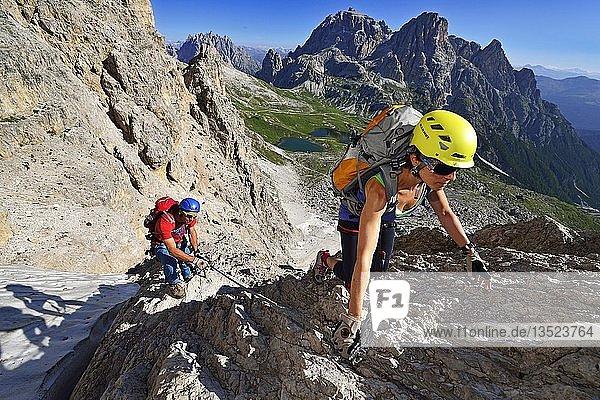Klettersteiger beim Aufstieg auf den Paternkofel  Bödenseen  Sextener Dolomiten  Hochpustertal  Südtirol  Italien  Europa