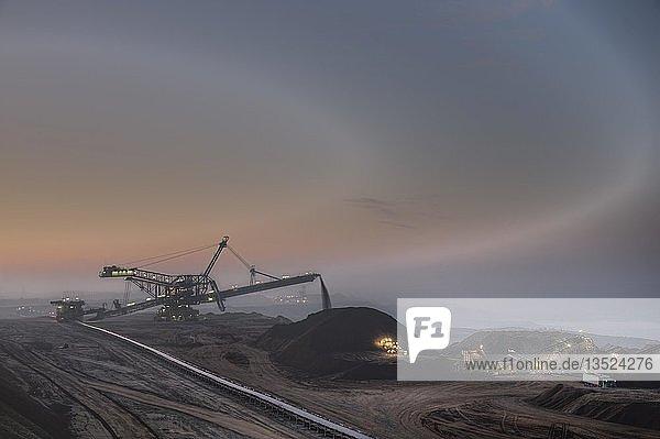 Wetterfront zieht über einen Tagebau  Garzweiler  Nordrhein-Westfalen  Deutschland  Europa
