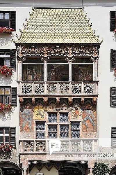 Das Goldene Dachl  spätgotischer Prunkerker aus dem 15. Jahrhundert in der Altstadt von Innsbruck  Tirol  Republik Österreich  Europa