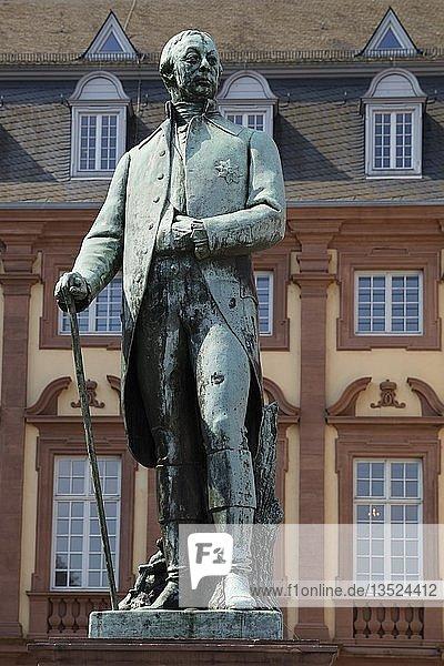 Karl Friedrich von Baden  Statue  Schlossplatz  Mannheim  Baden-Württemberg  Deutschland  Europa