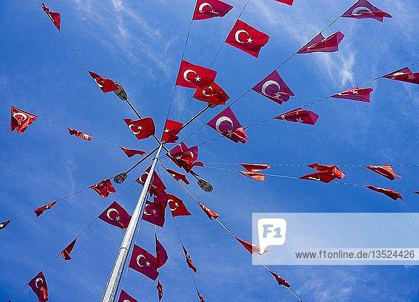 Mast mit türkischen Fähnchen  Kaleici  Altstadt von Antalya  türkische Riviera  Türkei  Asien