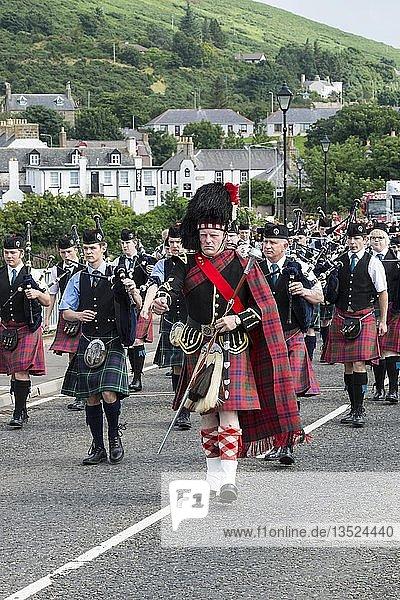 Der Drum Major schreitet während einer Dudelsackparade voran  Helmsdale  Grafschaft Sutherland  Schottland  Großbritannien  Europa