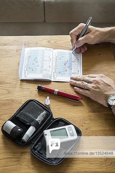 Diabetiker führt sein Blutzuckertagebuch  notieren der Blutzuckerwerte  Deutschland  Europa