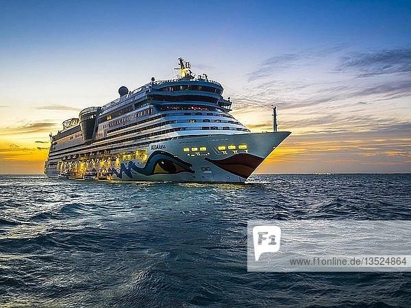 Kreuzfahrtschiff Aidaluna vor der Küste  Sonnenuntergang  Belize  Mittelamerika