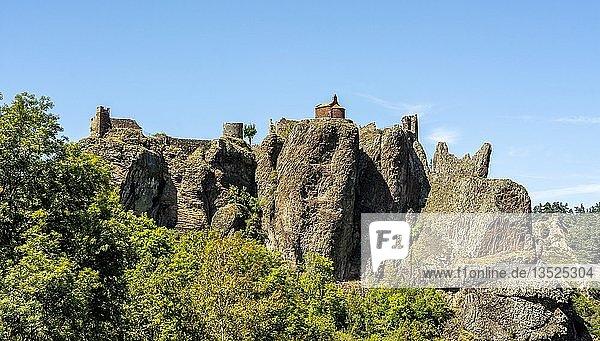 Kapelle und Schloss von Arlempdes  Les Plus Beaux Villages de France  Departement Haute Loire  Auvergne Rhone Alpes