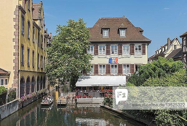 Boot auf Kanal von Fluss Lauch  Klein-Venedig  La Petite Venise  Colmar  Frankreich  Europa