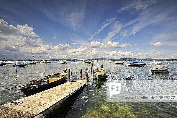 Fischersteg  Fischerboote und Yachten im Hafen von Iznang  Landkreis Konstanz  Baden-Württemberg  Deutschland  Europa