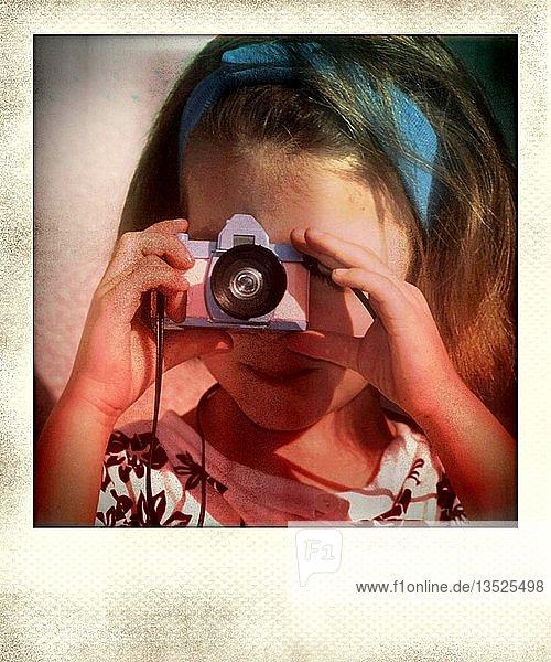 Klassisches Polaroidfoto eines kleinen Mädchens  fotografiert mit einem Spielzeug-Kamera  Frankreich  Europa