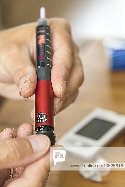 Diabetes  insulin pen  injection of insulin with an injector  on which the amount of insulin required can be adjusted  in units  Germany  Europe
