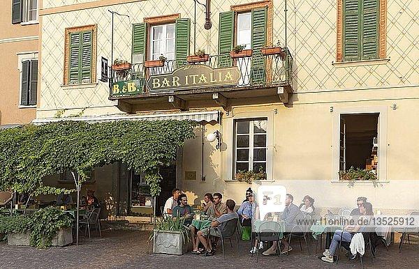Bar Italia  kleines Hotel mit Restaurantterrasse  romantisch  Torno  Comer See  Lombardei  Italien  Europa