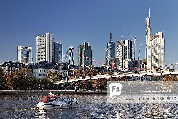 Stadtansicht mit Freizeitboot auf dem Main  Holbeinsteg und das Bankenviertel im Hintergrund  Frankfurt am Main  Hessen  Deutschland  Europa