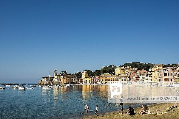 Menschen am Strand in der Bucht Baia del Silenzio  Sestri Levante  Provinz Genua  Riviera di Levante  Ligurien  Italien  Europa