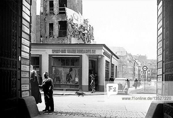 Strassenszene  1950  Nikolaistraße Ecke Goldhahngässchen  Leipzig  Sachsen  DDR  Deutschland  Europa