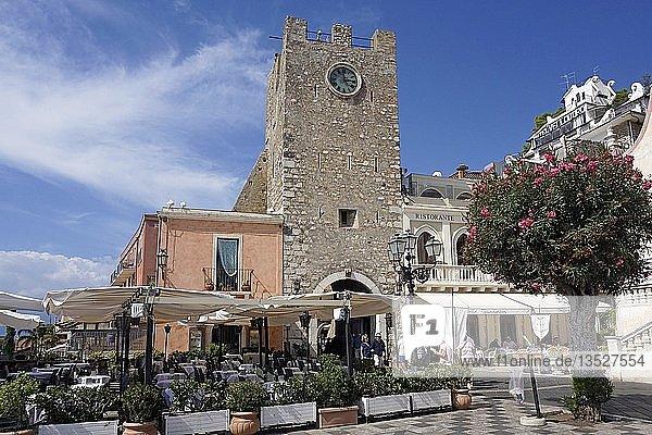 Der Uhrturm Torre dell'Orolorgio an der Piazza IX. Aprile  Altstadt von Taormina  Sizilien  Italien  Europa