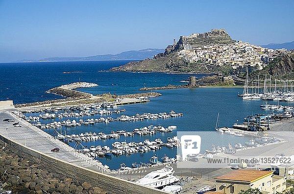 Blick auf Fischerhafen und Marina von Castelsardo  Gemeinde in der Provinz Sassari  Sardinien  Italien  Europa
