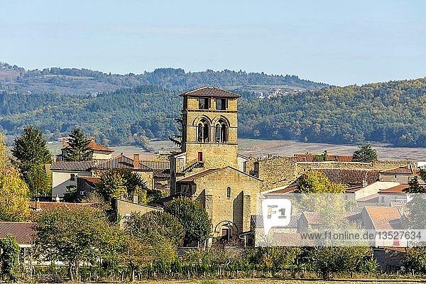 Dorf mit romanischer Kirche,  Maihat,  Puy de Dome,  Auvergne Rhone Alpes,  Frankreich,  Europa