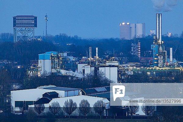 Anlagen der Deutsche Gasrusswerke GmbH im Stadthafen von Dortmund  Abenddämmerung  Hardenberghafen  am Dortmund-Ems-Kanal  Dortmund  Nordrhein-Westfalen  Deutschland  Europa