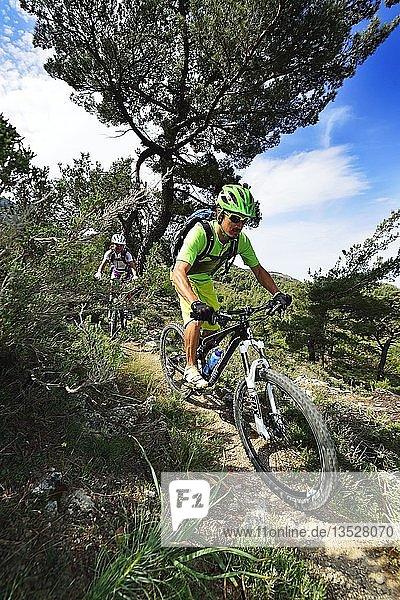 Zwei Mountainbiker fahren in bergigem Gelände  Dikti-Gebirge  bei Males  Kreta  Griechenland  Europa