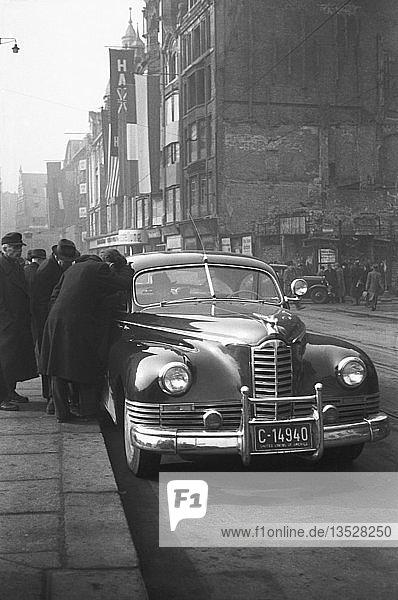 Amerikanische Gäste bei der Leipziger Messe schauen in ein Auto  1948  Grimmaische Straße  Leipzig  Sachsen  DDR  Deutschland  Europa