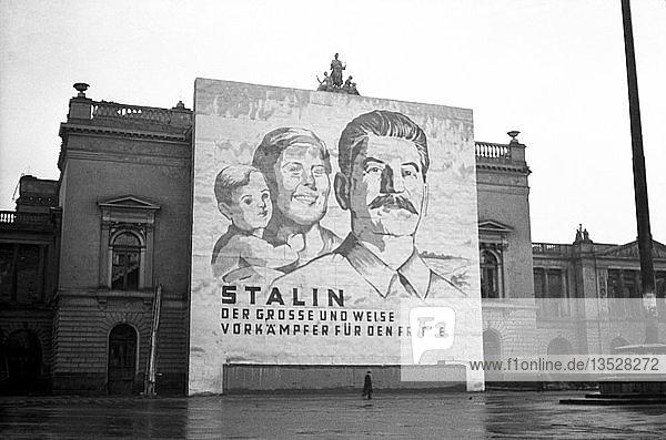 Propaganda  Transparent mit Stalin an der Ruine des Neuen Theaters  1950  Leipzig  Sachsen  DDR  Deutschland  Europa