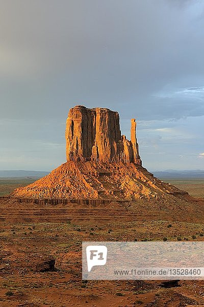 '''West Buttes'' im letztes Licht bei Gewitter  Monument Valley  Arizona  USA  Nordamerika'