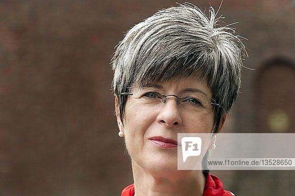 Frau  50+  mit kurzem grauem Haar und Brille  Portrait