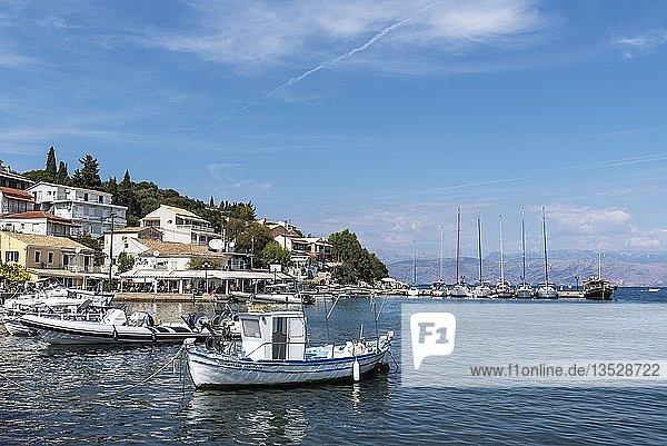 Boote im Hafen  Kassiopi  Insel Korfu  Ionische Inseln  Mittelmeer  Griechenland  Europa