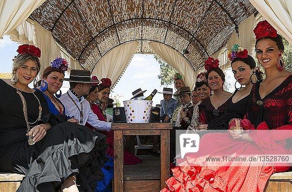 Männer und Frauen in bunten Kleidern  Pfingsten  Wallfahrt von EL Rocio  Huelva-Provinz  Andalusien  Spanien  Europa