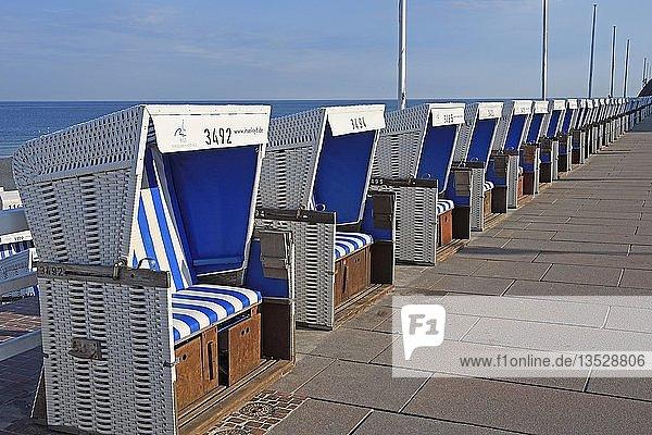 Reihe von Strandkörben an der Strandpromenade von Westerland  Sylt  nordfriesische Inseln  Nordfriesland  Schleswig-Holstein  Deutschland  Europa