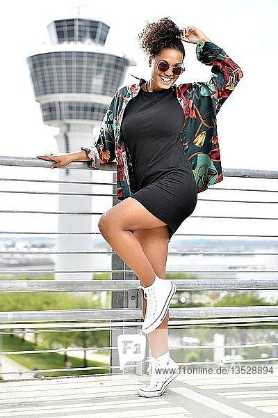 Junge Frau  Fashion  Fotoshooting am Flughafen München  Deutschland  Europa