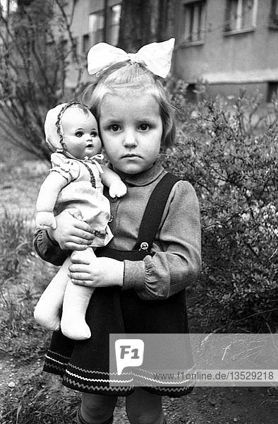 Mädchen mit Puppe  1951  Leipzig  Sachsen  DDR  Deutschland  Europa