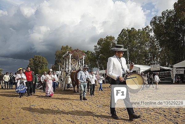 Verzierte Ochsenkarren  Leute in traditioneller Kleidung  Pfingsten  Wallfahrt von EL Rocio  Huelva-Provinz  Andalusien  Spanien  Europa