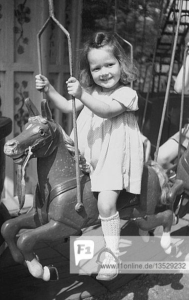 Mädchen fährt Karussell  1949  Leipzig  Sachsen  DDR  Deutschland  Europa
