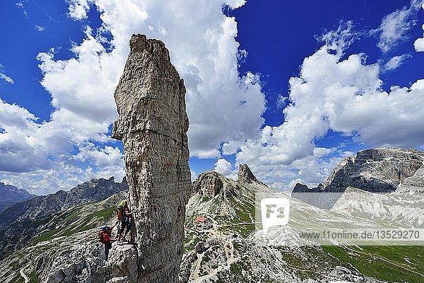 Kletterer bei der Felsnadel Frankfurter Würstchen  Salsiccia  Sextener Dolomiten  Hochpustertal  Südtirol  Italien  Europa