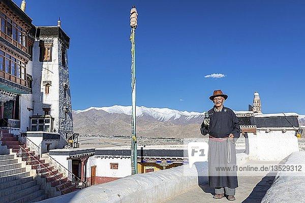 Älterer Mann mit Gebetsmühle  Spituk-Kloster  Bezirk Leh  Ladakh  Kaschmir  Indien  Asien