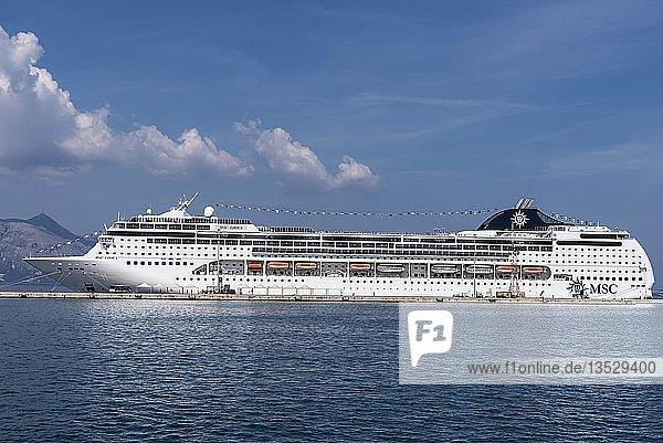 Kreuzfahrtschiff im Hafen von Kerkyra  Insel Korfu  Ionische Inseln  Griechenland  Europa